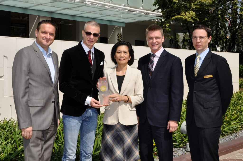 Pictured receiving the award from Mr. Oliver Libutzki , Senior Regional Director – Hotels South Asia & South-East Asia , is Ms. Savitri Ramyarupa, Managing Director of Chatrium Hotels and Residences, while looking on are Mr. Mario Beyer (left), General Manager of Emporium Suites by Chatrium, Mr. Magne Hansen (second right), and Mr. Thomas Grosjean (right), respectively General Manager and Resident Manager of Chatrium Residence Sathon Bangkok.