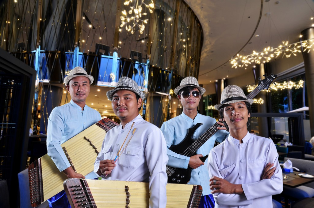 Dulcimer Band at River Barge Restaurant Chatrium Hotel Riverside Bangkok (2)